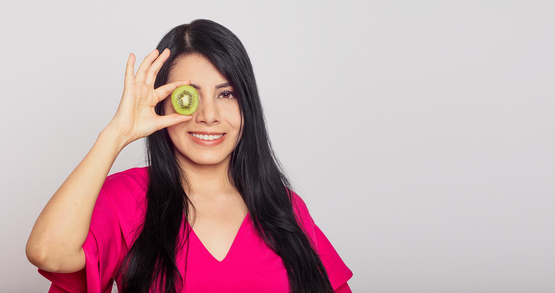 Nutrióloga con kiwi en la mano
